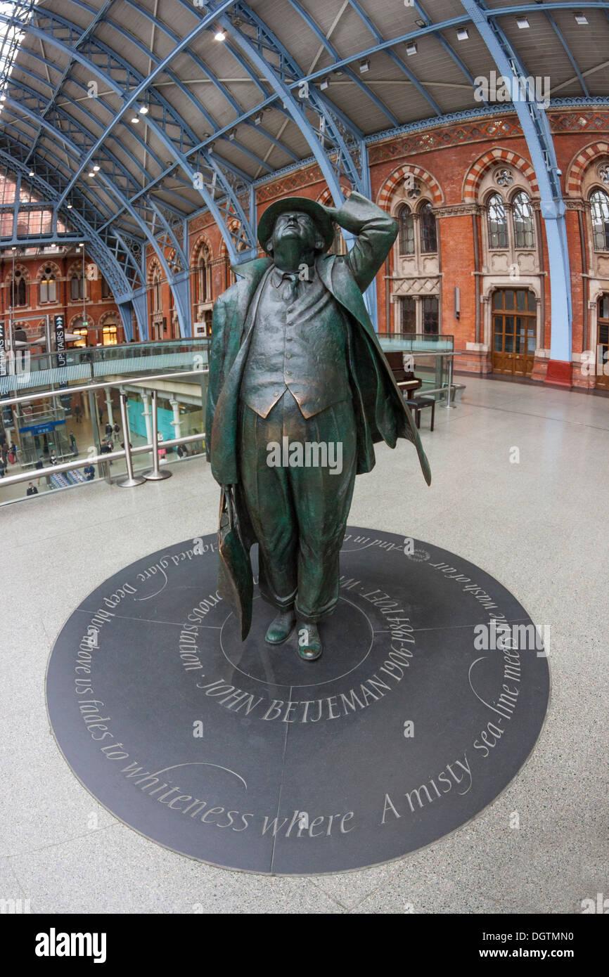 Sir John Betjeman, sculpture by Martin Jennings, St Pancras Station,London - Stock Image