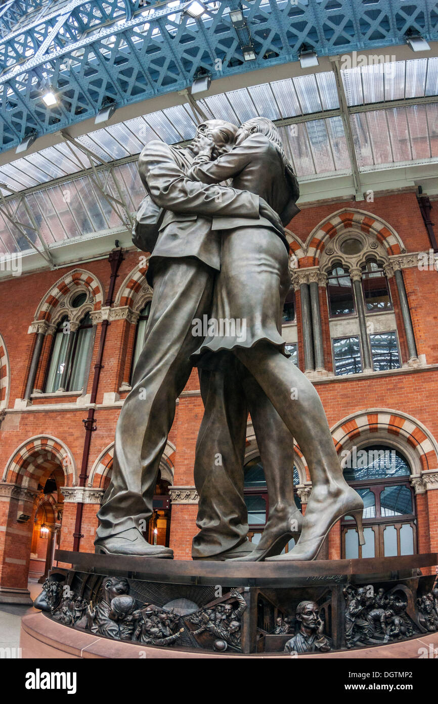The Meeting Place by Paul Day, St Pancras Station - Stock Image