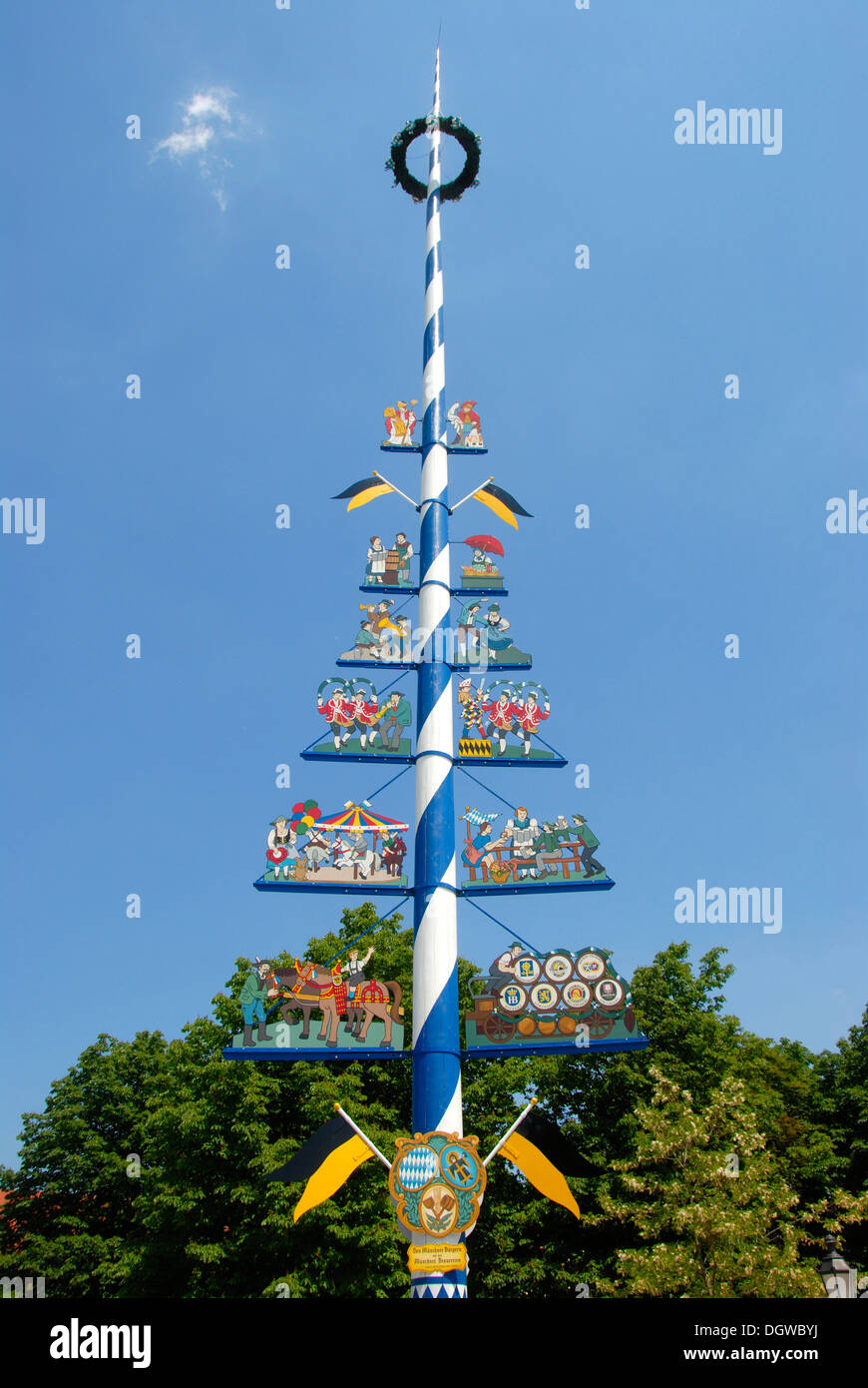 May pole with the social classes of Munich, Viktualienmarkt food market, downtown, old town, Munich, capital, Upper Bavaria - Stock Image