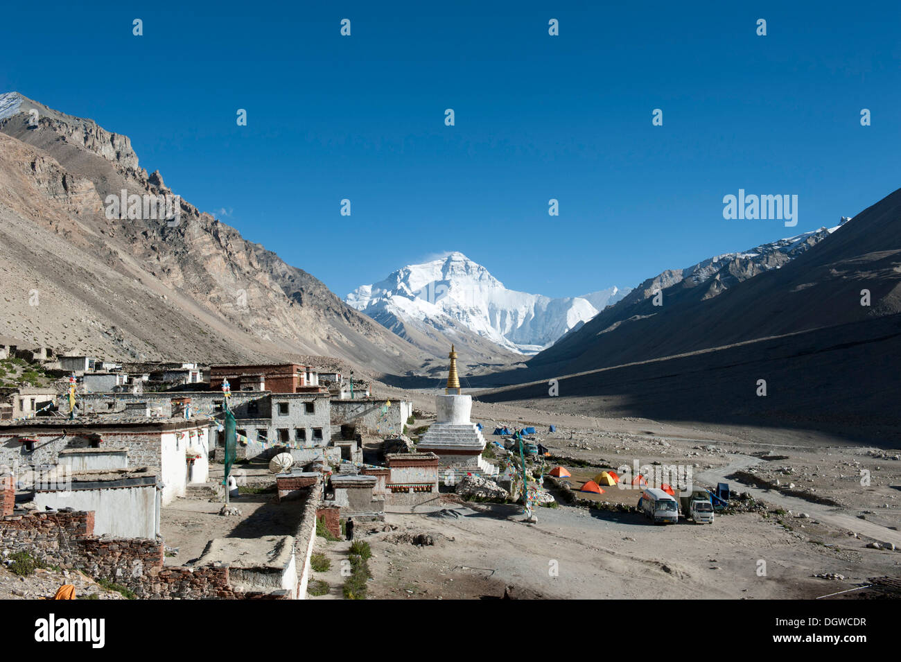 Tibetan Buddhism, Rongbuk Monastery, white stupa, Mount Everest, base camp north side, the Himalayas, central Tibet, U-Tsang - Stock Image