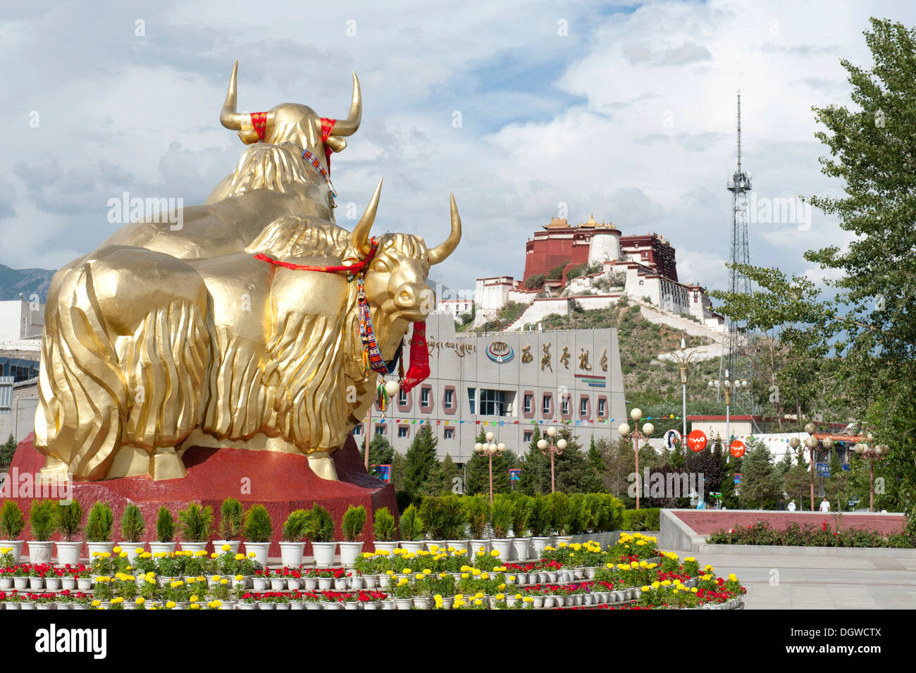 Monument, two golden yaks, Potala Palace at the back, modern city of Lhasa, U-Tsang, Central Tibet, Tibet Autonomous Region - Stock Image