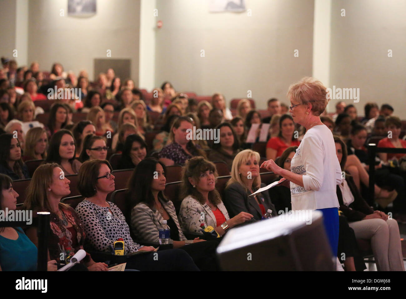 First Lady of the Marine Corps Mrs. Bonnie Amos meets with Marine spouses during a seminar at Marine Corps Air Station Miramar, - Stock Image