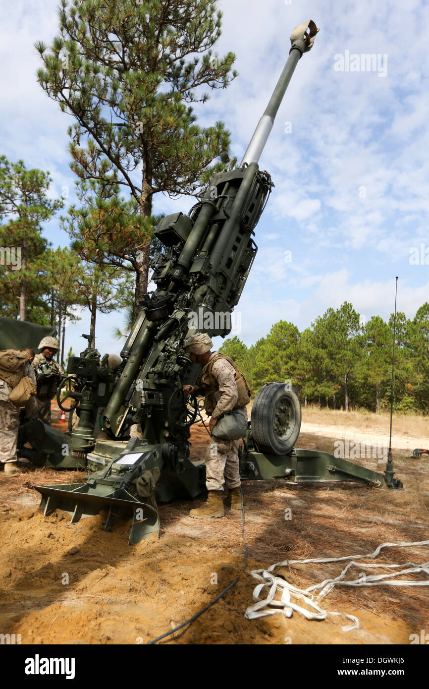 U.S. Marine Corps Lance Cpl. Darin Moriarty, an assistant gunner with Lima Battery, 3rd Battalion, 10th Marines, raises the tube on an M777 Howitzer to max elevation during Operation Rolling Thunder aboard Ft. Bragg, N.C., Oct. 17, 2013. 10th Marines depl - Stock Image