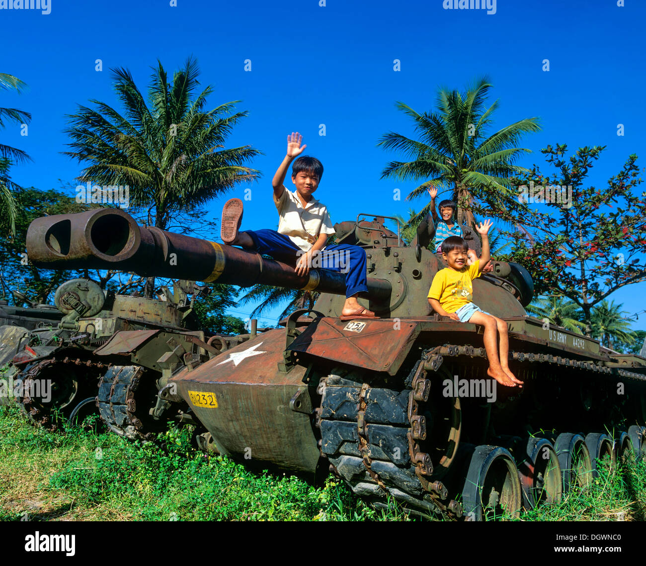Waving children sitting on a M48 tank from the U.S. Army, Hue, Provinz Thua Thien-Hue, Vietnam - Stock Image