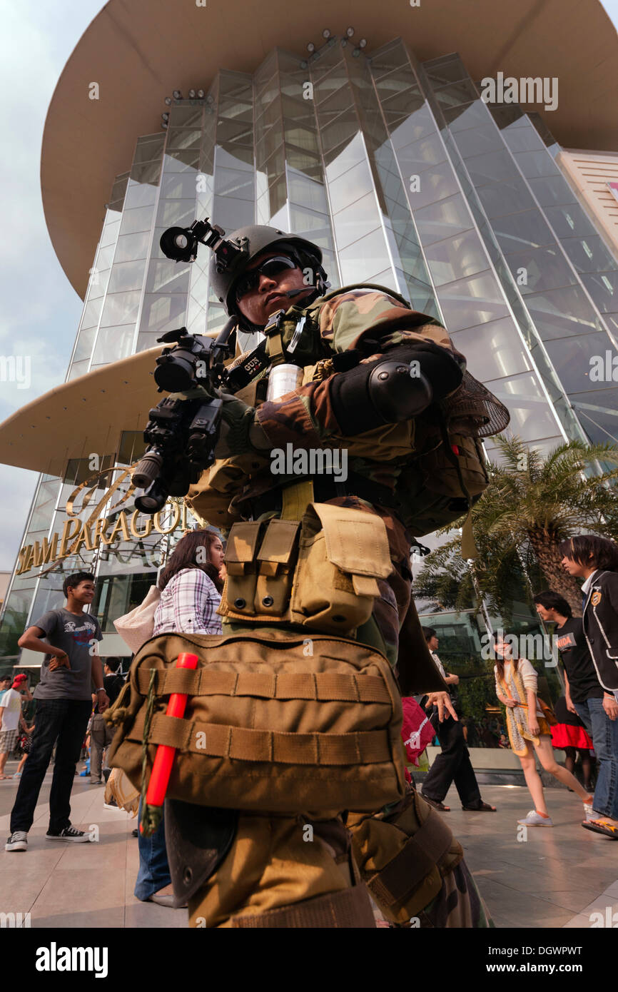 Cosplay, Harajuku, cyber-soldier, fan dressed as a Japanese manga character in front of the Siam Paragon shopping centre - Stock Image