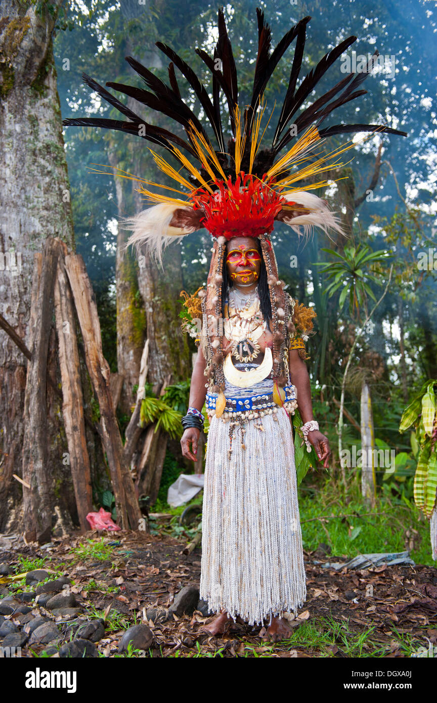 Woman with a huge headdress, colourful decorations and face paint is celebrating at the traditional Sing Sing gathering in the - Stock Image