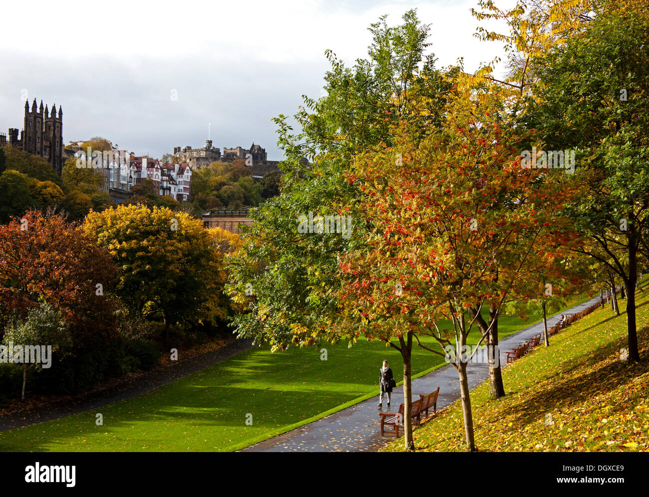 Edinburgh, Scotland, UK. 27th Oct., 2013.  Visitors enjoy the autumnal hazy sunshine in Princes Street Gardens in Stock Photo