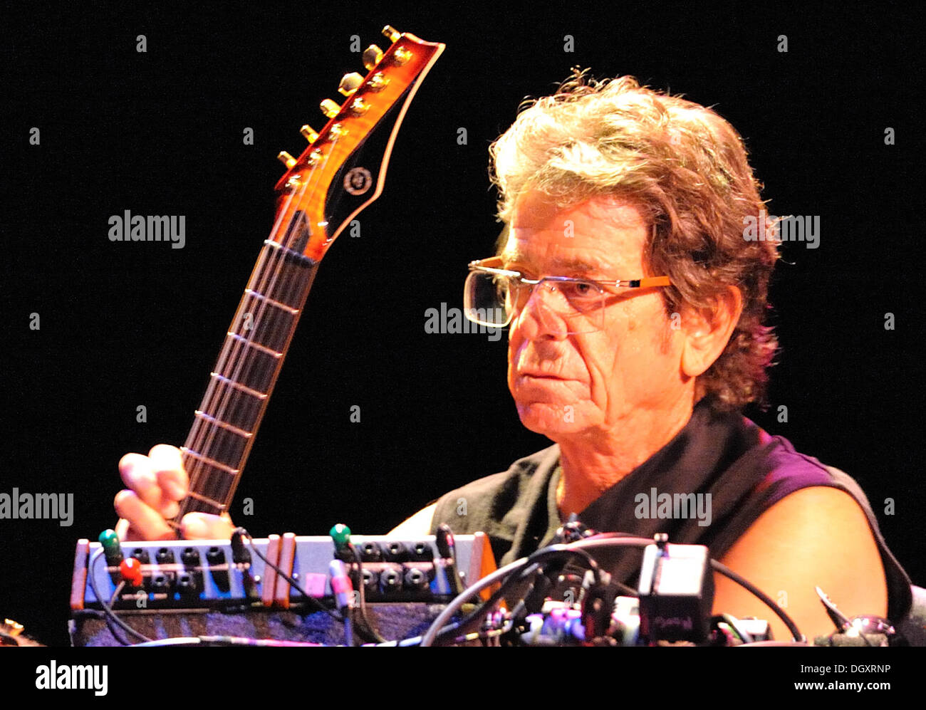 FILE PIX: Frankfurt Main, Germany. 02nd Sep, 2009. US musician Lou Reed performs at Jahrhunderthalle in Frankfurt Main, Germany, 02 September 2009. The programme consists of several hits of the musician, of instrumentals, duets, extracts from theatre plays and poems. Photo: Uwe Anspach/dpa/Alamy Live News - Stock Image