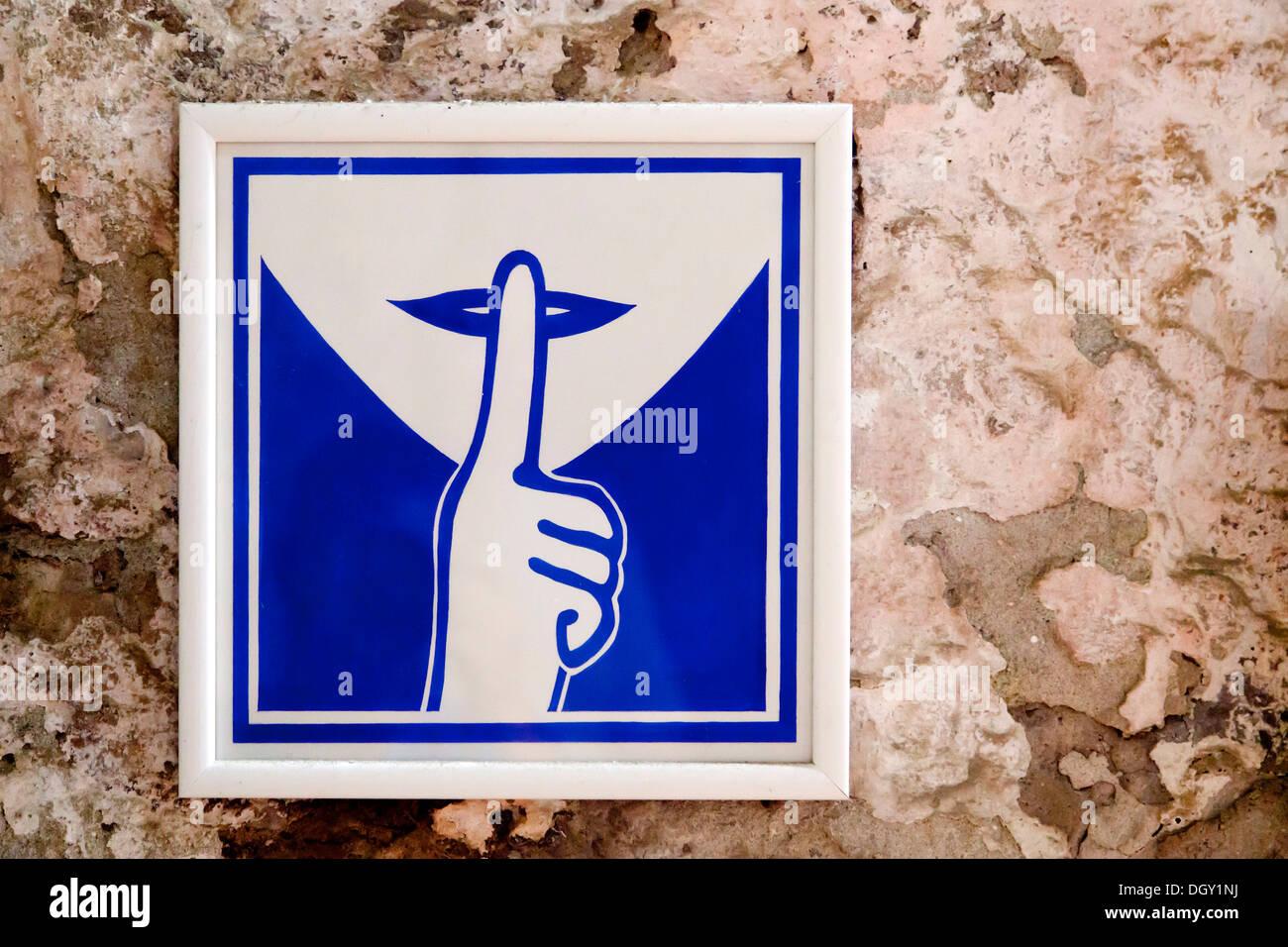 Sign asking for silence outside a church in Rovinj, Rovingo, Istria, Croatia, Europe, Rovinj, Croatia - Stock Image