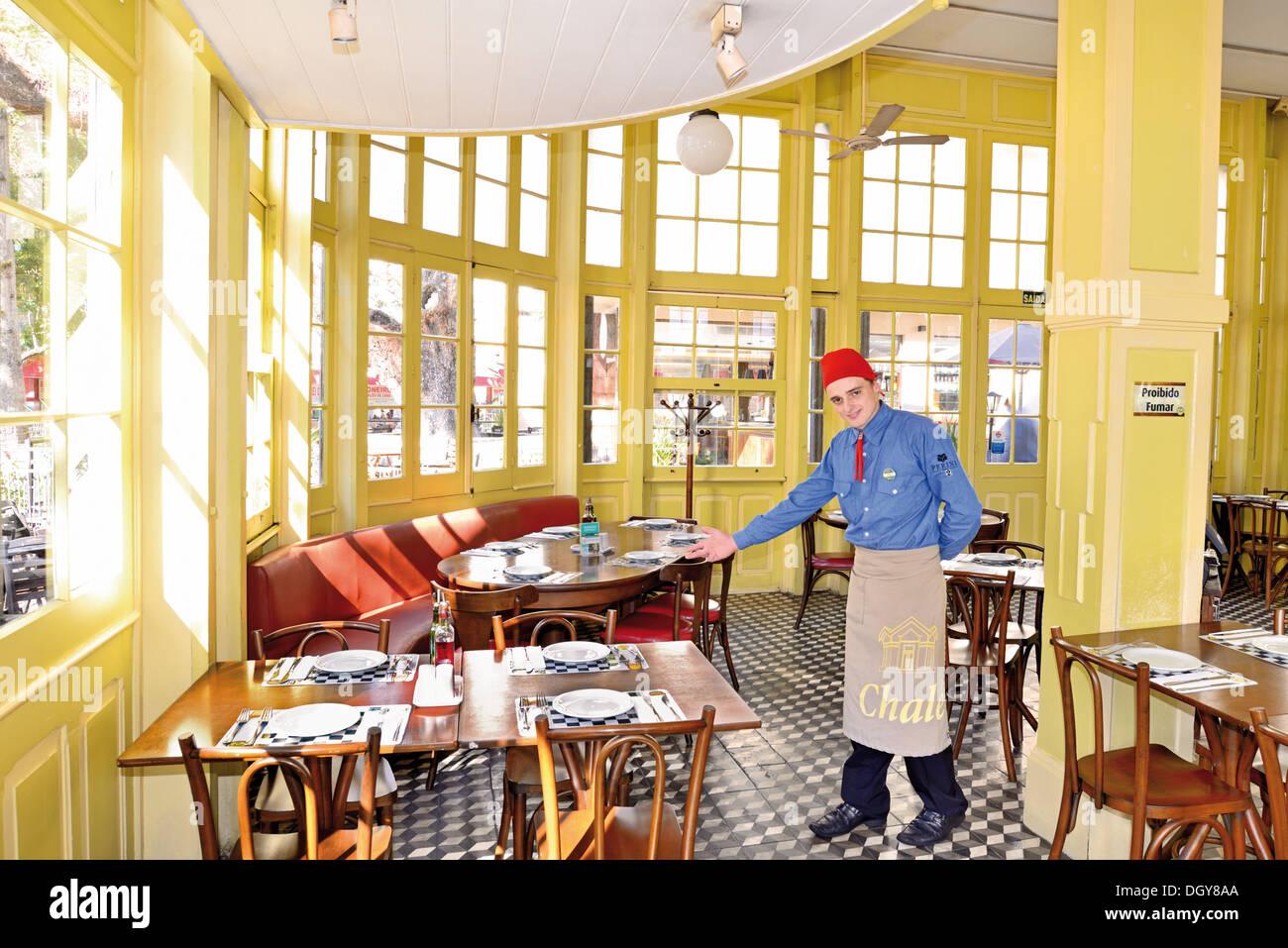 Brazil, Porto Alegre: Luiz is a waiter in the popular traditional restaurant  and beer house Chalet da Praca XV - Stock Image