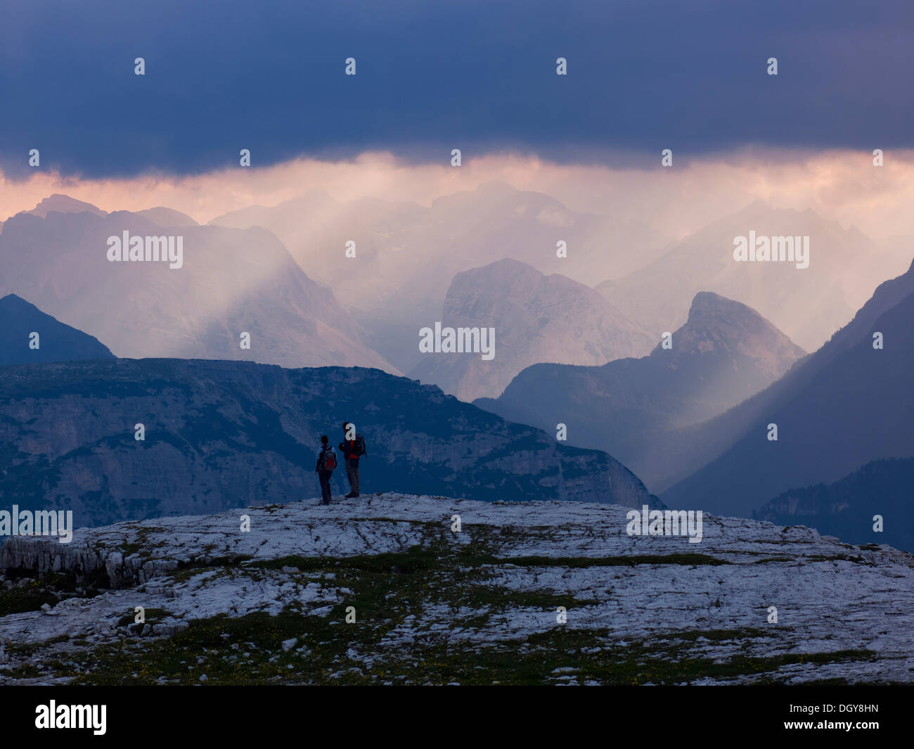 Hikers in the Dolomiti di Sesto National Park, Sexten Dolomites, Hochpustertal, High Puster Valley, South Tyrol, Italy, Europe - Stock Image