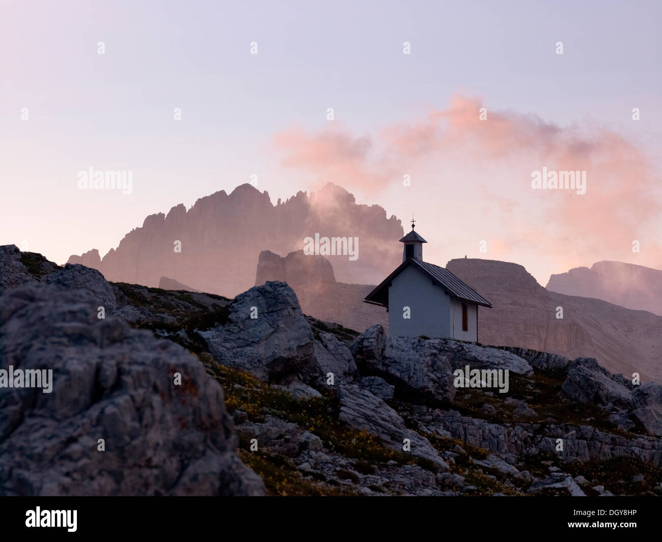 Chapel at dawn, Dolomiti di Sesto National Park, Sexten Dolomites, Hochpustertal, High Puster Valley, South Tyrol, Italy, Europe - Stock Image