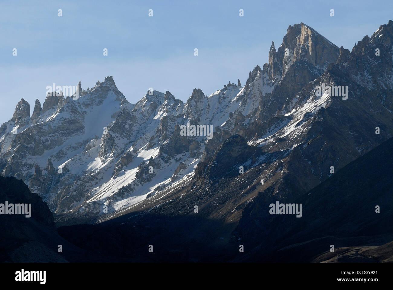 Himalayan main ridge with jagged snow-capped rocks on route from the Taron-la-Pass, Tingri, Nyalam, Tibet, China, Asia - Stock Image