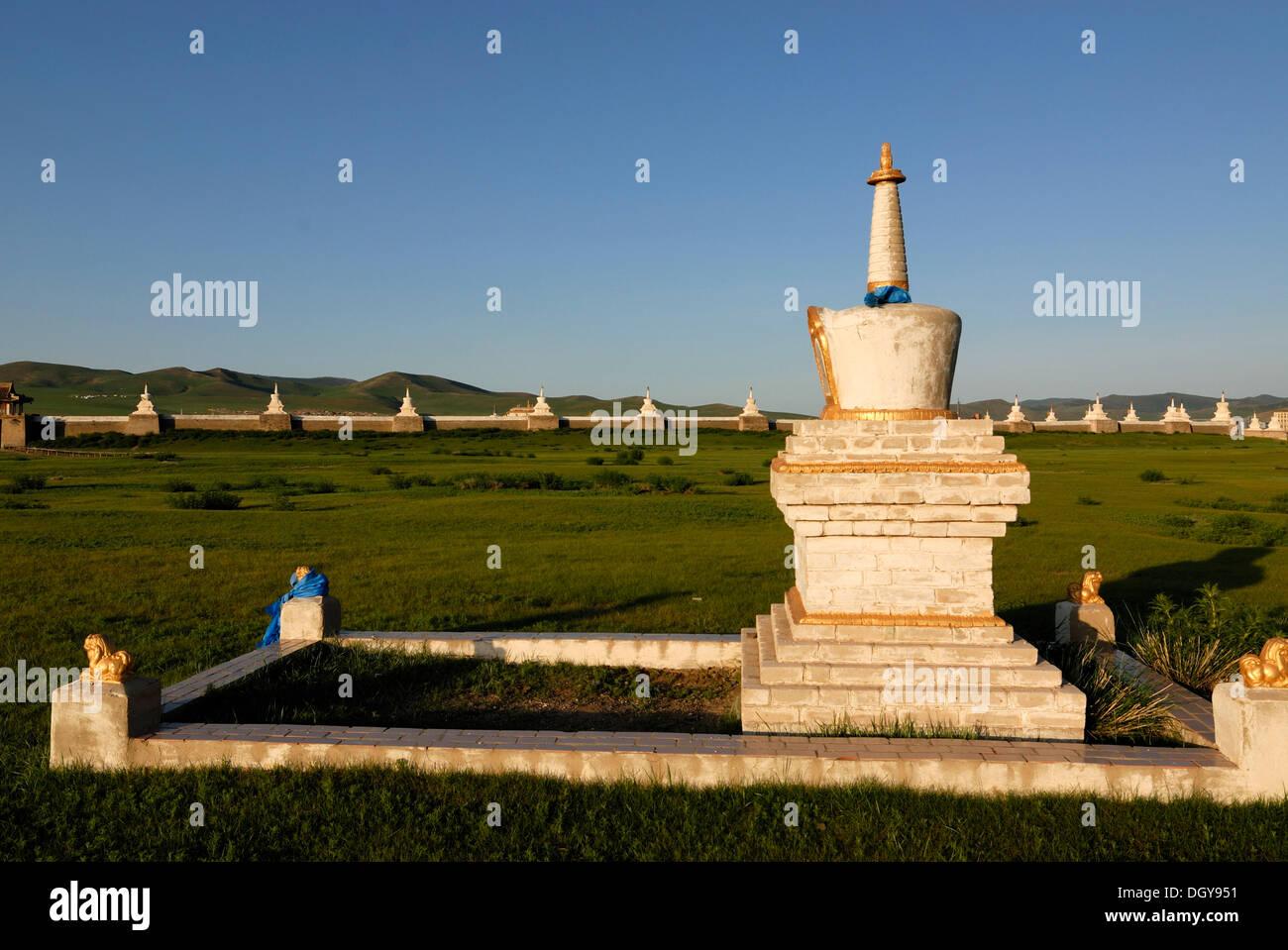 Stupa and outer wall of Erdene Zuu Khiid Monastery, Karakorum, Kharkhorin, Oevoerkhangai Aimak, Mongolia, Asia - Stock Image