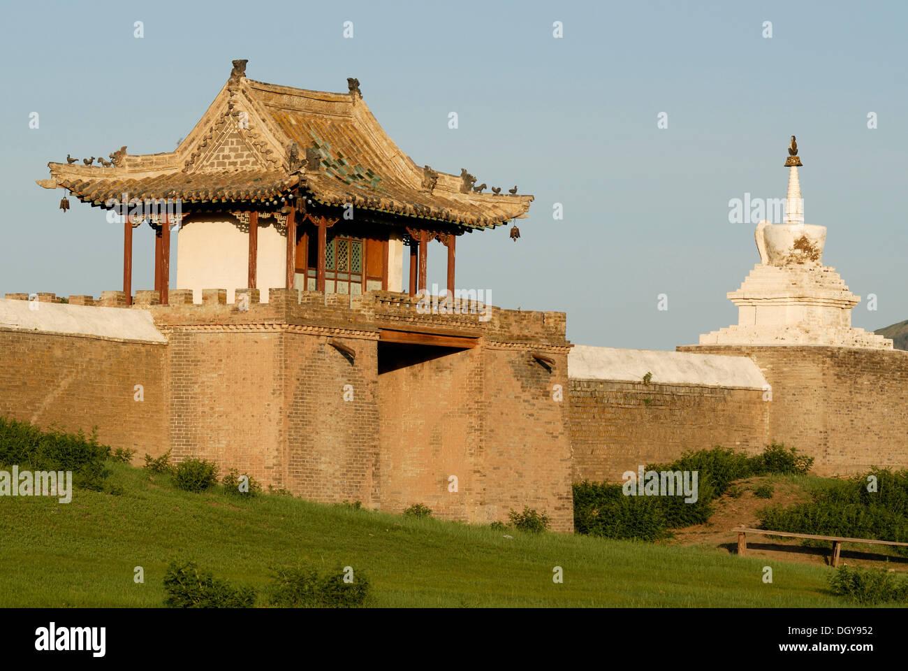 Stupa and gatehouse of the outer wall of Erdene Zuu Khiid Monastery, Karakorum, Kharkhorin, Oevoerkhangai Aimak, Mongolia, Asia - Stock Image