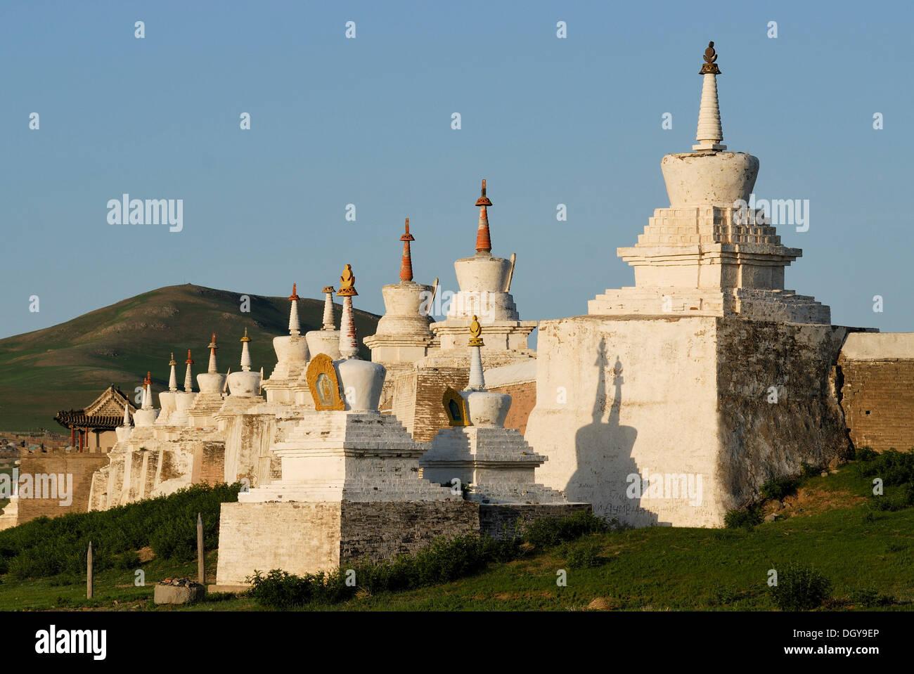 Stupa and gatehouse of the outer wall of the Erdene Zuu Khiid Monastery, Karakorum, Kharkhorin, Oevoerkhangai province, Mongolia - Stock Image