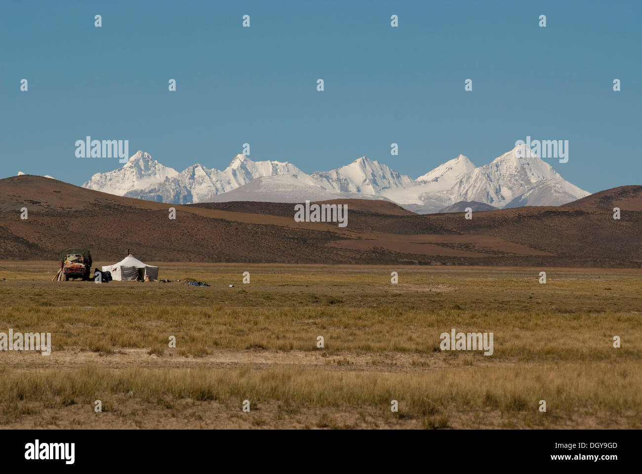 Nomadic tent with a Chinese truck in front of the mighty peaks of the snow-capped Himalayan main ridge, Ngari Province - Stock Image