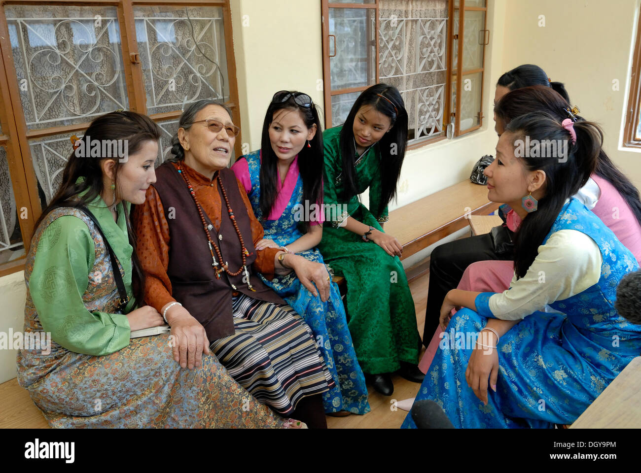 Participants and the later winner of the Miss Tibet in Exile 2011 beauty contest, Tenzin Yangkyi in Dharamsala in conversation - Stock Image