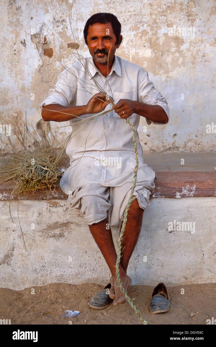 Man producing a rope, village of Katariyasar near Bikaner, Rajasthan, Thar Desert, northern India, India, Asia - Stock Image