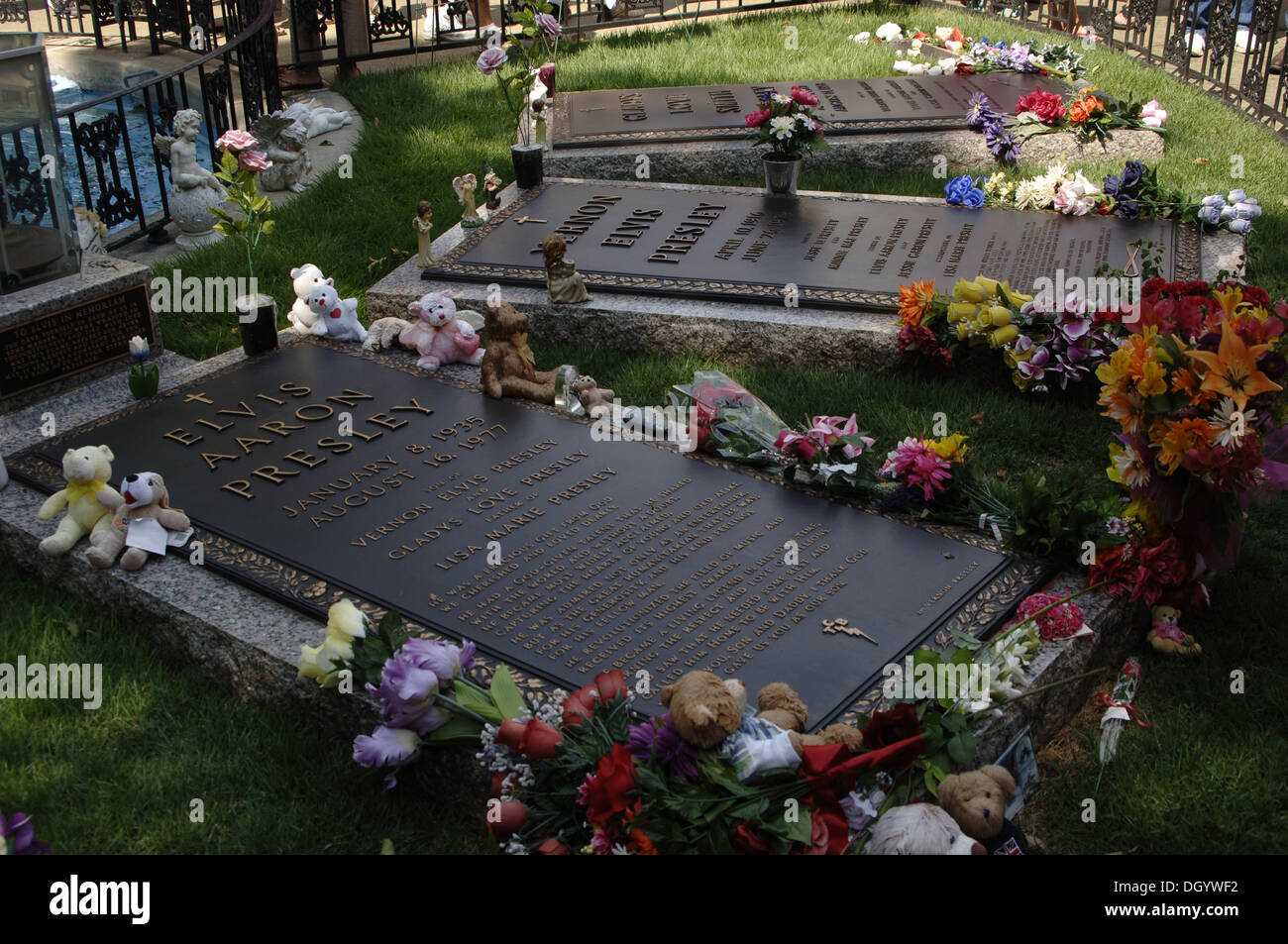 Tennessee. Memphis. Graceland Mansion to Elvis Presley (1935-1977). Meditation graden. Grave of 'The King' and his family. USA. - Stock Image