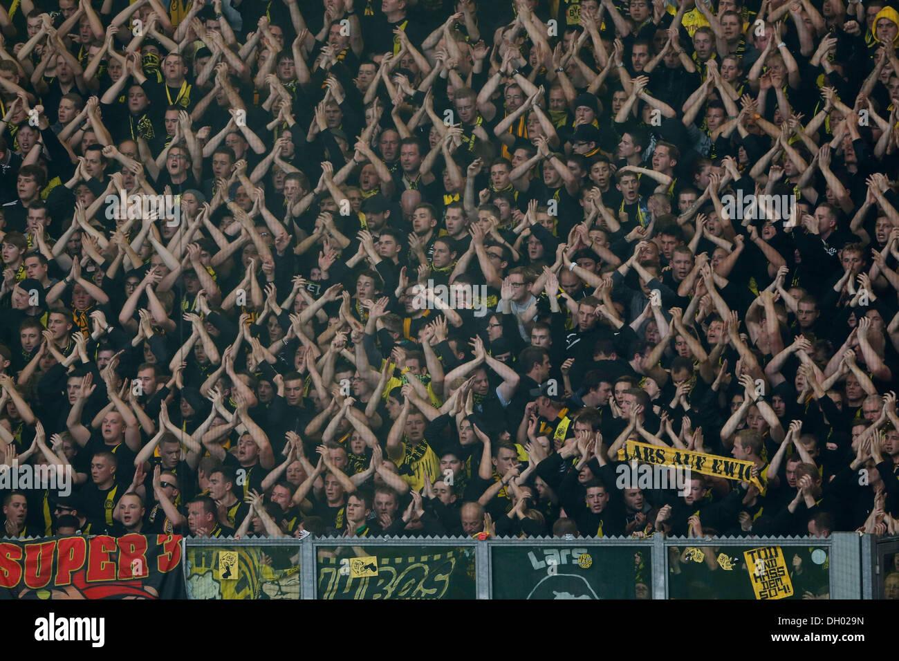Fussball, Gelsenkirchen , Deutschland , 1. Bundesliga ,  10. Spieltag, FC Schalke 04 - Borussia Dortmund 3 -1 in der Veltins Arena auf Schalke  am 26. 10. 2013 Dortmunder Fans im Fanblock  © norbert schmidt/Alamy Live News - Stock Image