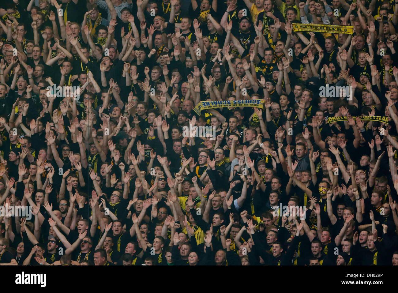 Fussball, Gelsenkirchen , Deutschland , 1. Bundesliga ,  10. Spieltag, FC Schalke 04 - Borussia Dortmund 3 -1 in der Veltins Arena auf Schalke  am 26. 10. 2013 Dortmunder Fans im Fanblock mit Fanschal  © norbert schmidt/Alamy Live News - Stock Image