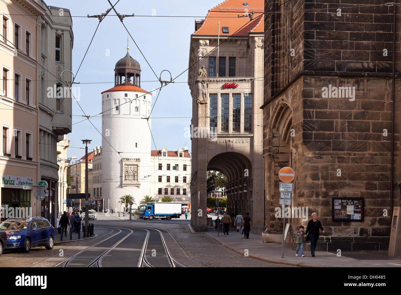 Dicker Turm tower or Frauenturm tower and an old art nouveau department store on Marienplatz square - Stock Image