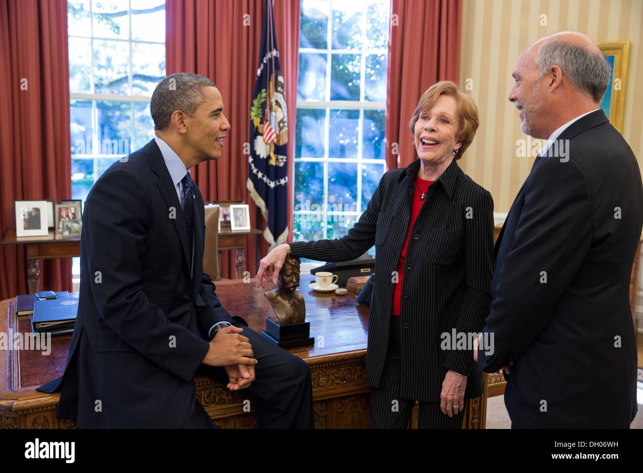 President Barack Obama talks with Carol Burnett, the 2013 recipient of the Mark Twain Prize for American Humor, and her husband - Stock Image