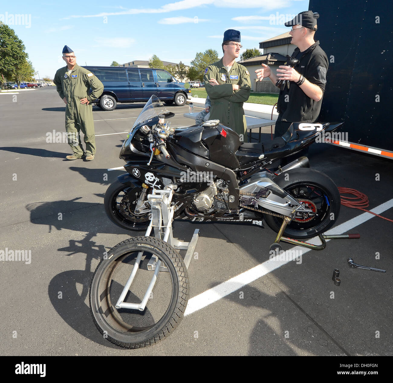 Tim Gooding (right), Army of Darkness motorcycle endurance racing team and mechanic, talks with Technical Sgt. David Grant, 3rd - Stock Image