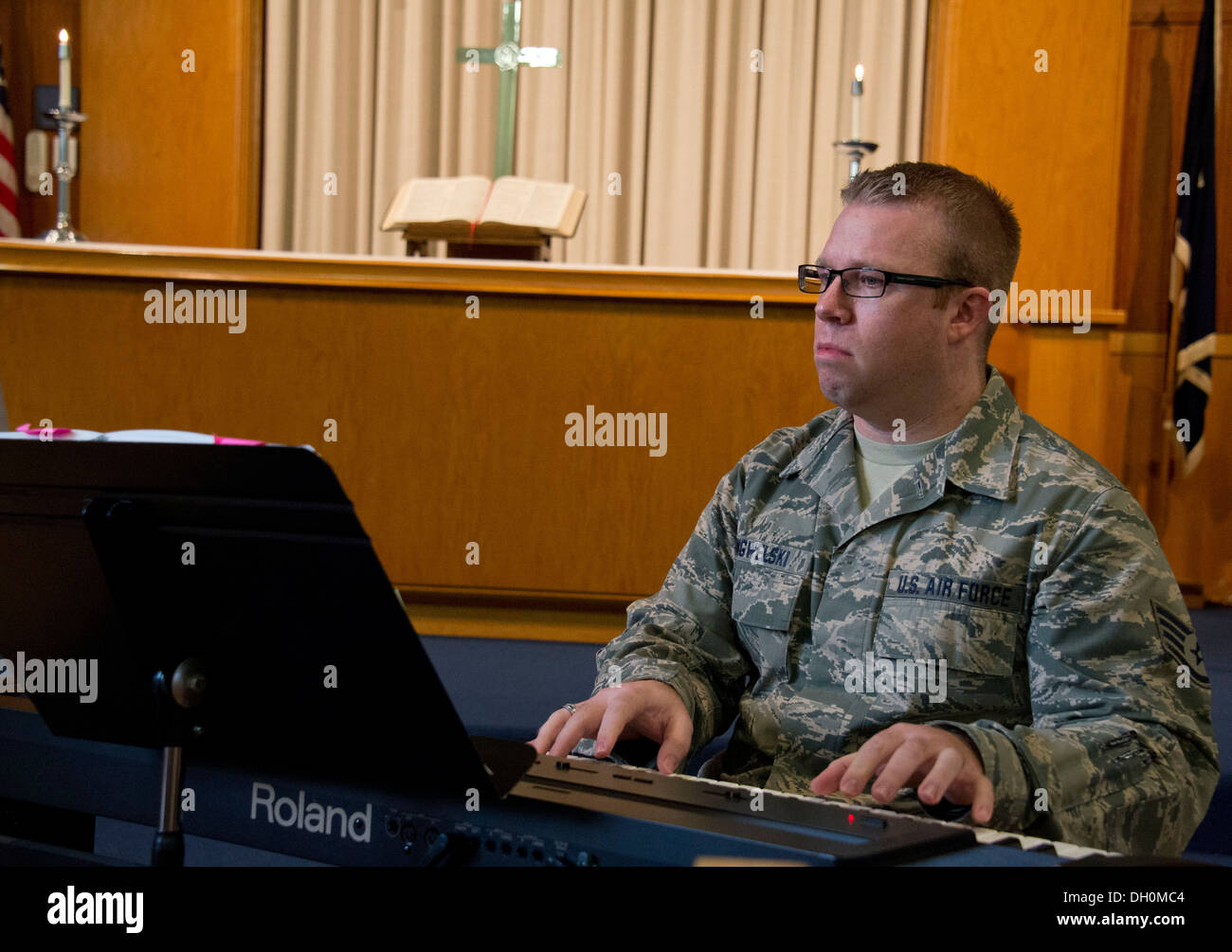 Staff Sgt. Ryan Ringwelski, a production recruiter for the 133rd Airlift Wing, plays the keyboard during a worship - Stock Image