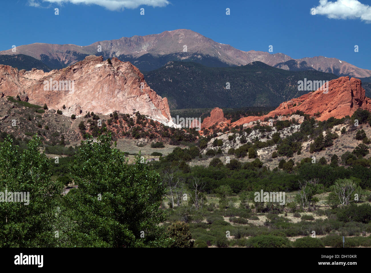 Garden of the Gods park with Pikes Peak in the background. Gray Rock to left and South Gateway Rock to right. - Stock Image
