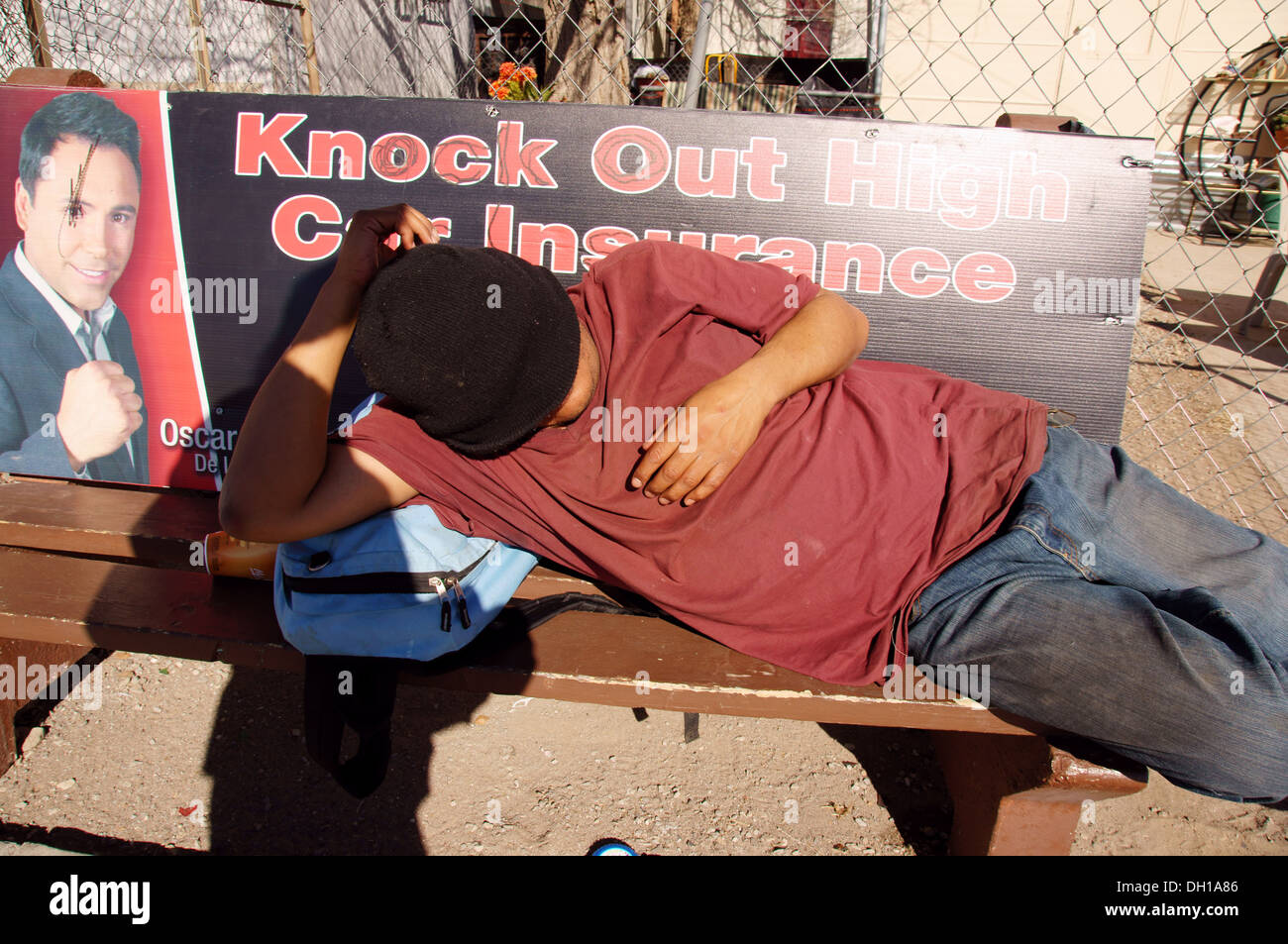 man male sleeping bench el paso texas tx sleep sleeps slept catching a wink catnapping some z's drifting off - Stock Image