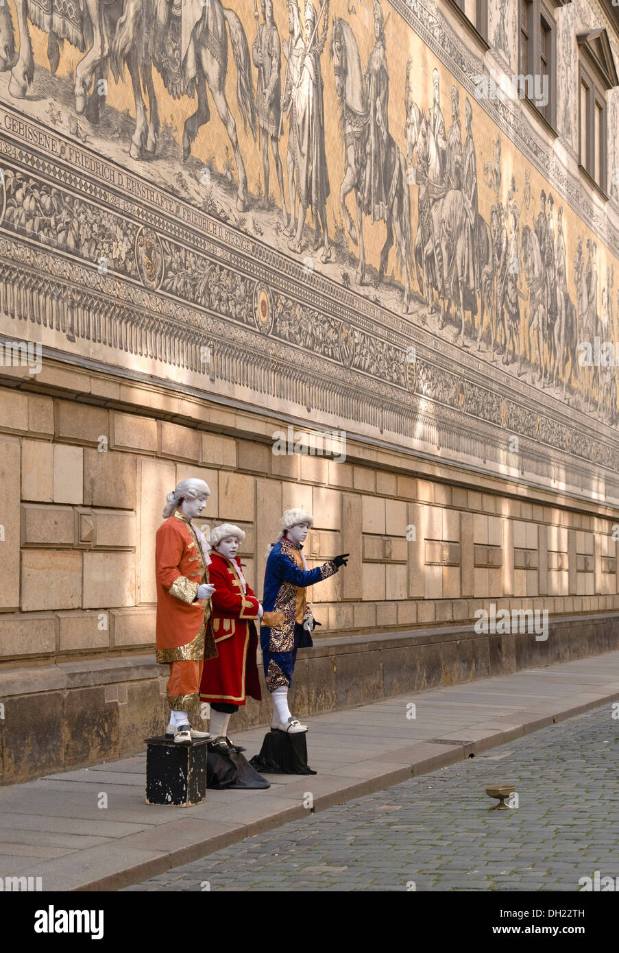 Mime artists standing in front of the Fuerstenzug mural, Dresden, Saxony - Stock Image