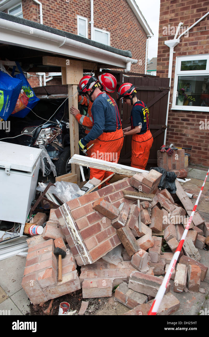USAR Fire & Rescue Shoring up collapsed brick wall - Stock Image
