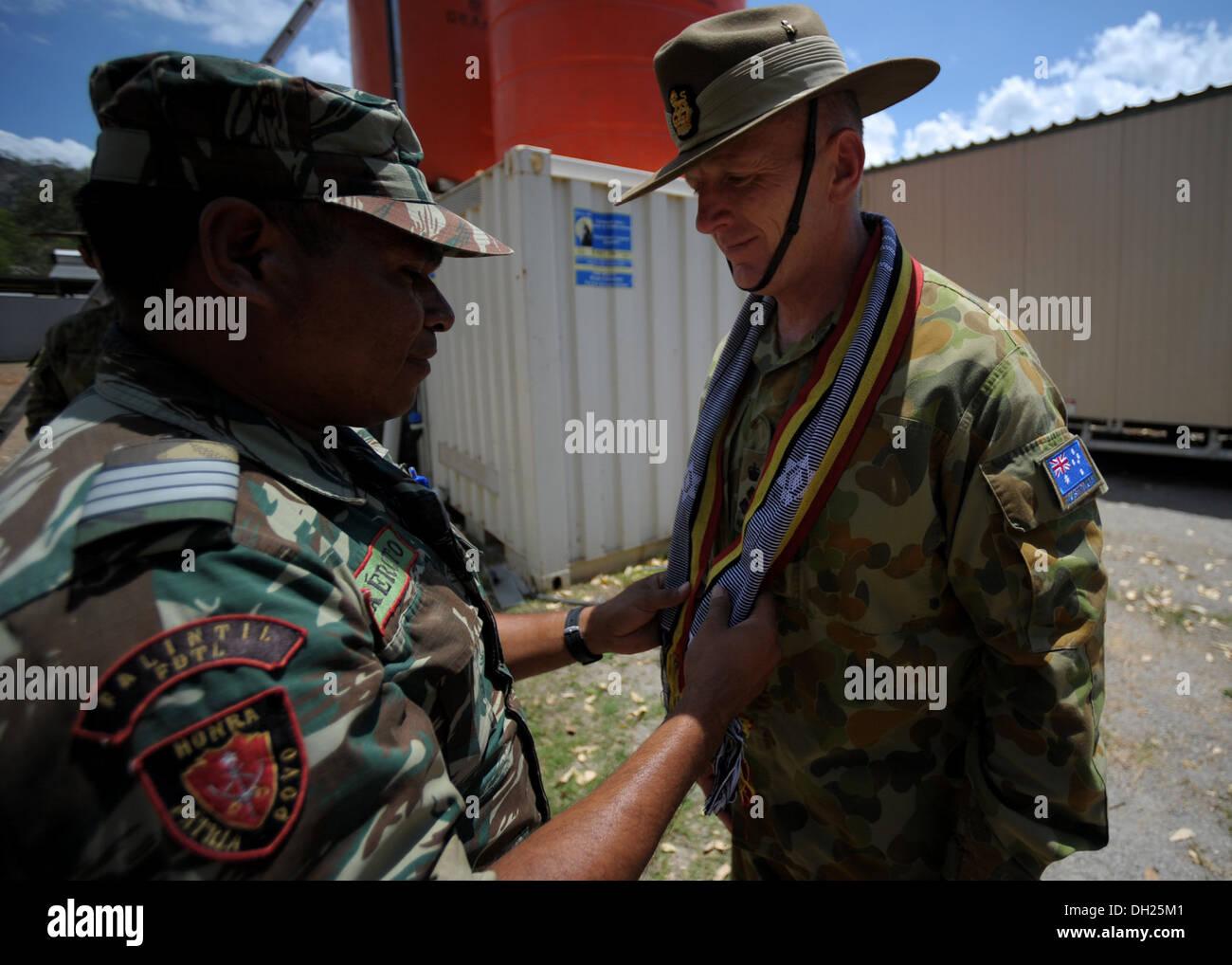 METINARO, Timor-Leste – (Oct. 25, 2013) Australian Defence Force 1st Brigade Commander Brig. Gen. John Frewen receives Stock Photo