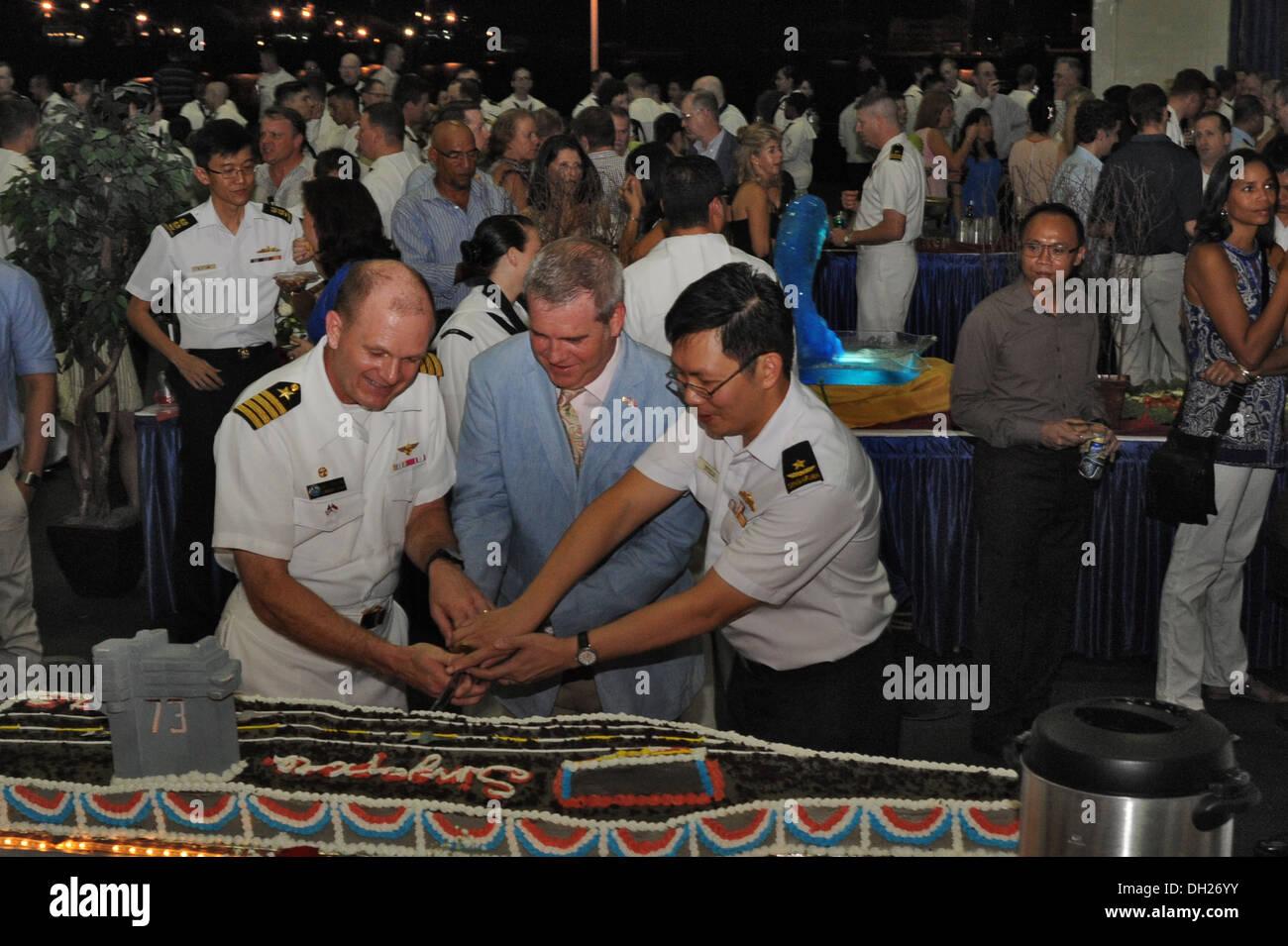 SINGAPORE (Oct. 26, 2013) Capt. Greg Fenton, left, commanding officer of the aircraft carrier USS George Washington (CVN 73), c - Stock Image