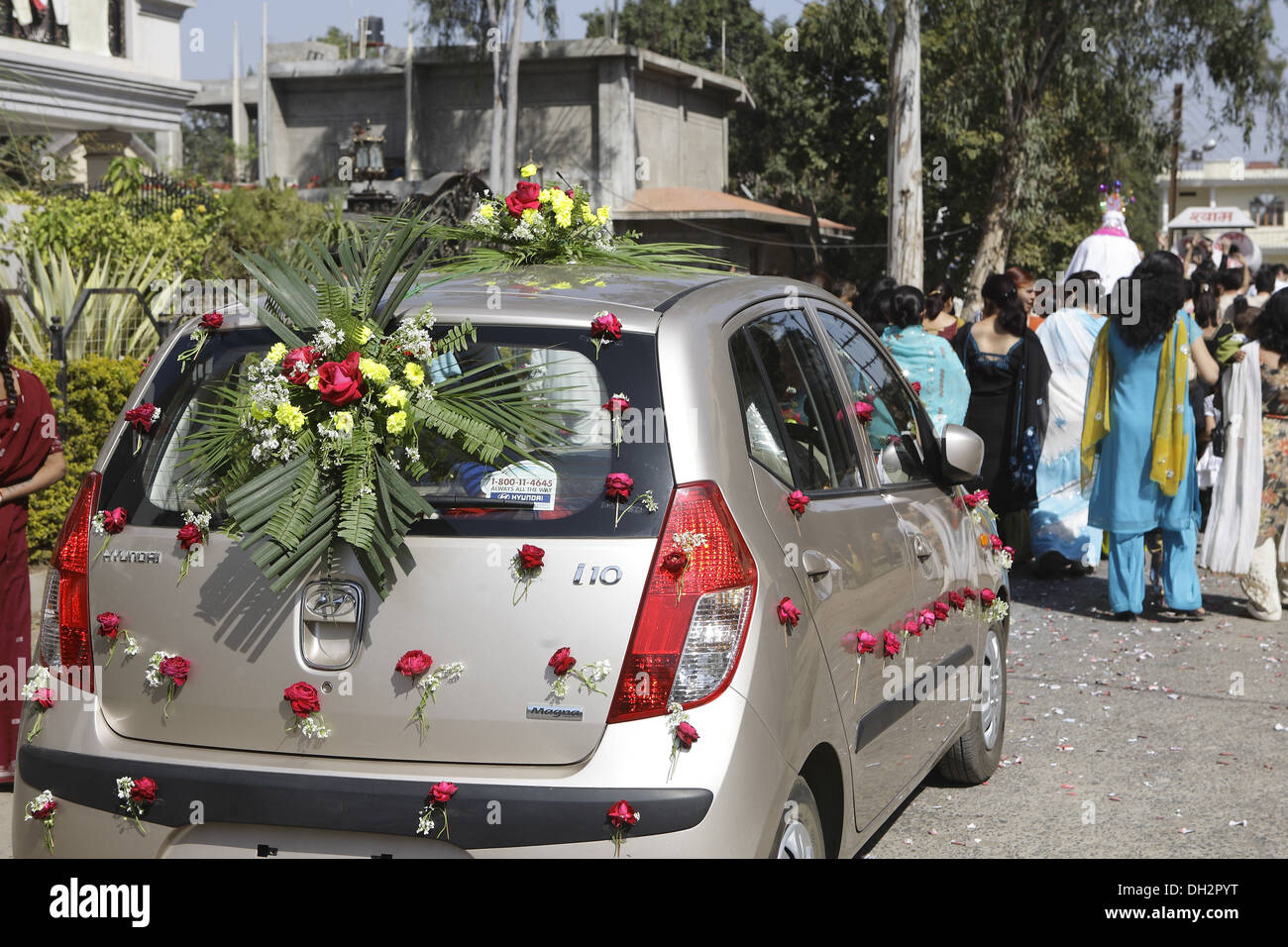 Decoration on the wedding car of roses 10