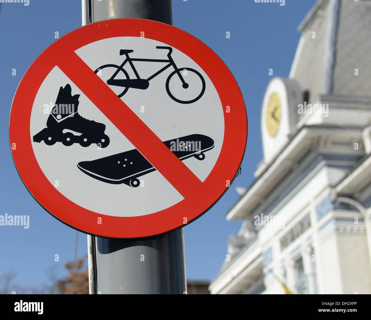Pitesti, Romania. 21st Oct, 2013. A traffic sign prohibits skating, skateboarding and cycling in the city center in Pitesti, Romania, 21 October 2013. Photo: JENS KALAENE/dpa/Alamy Live News - Stock Image