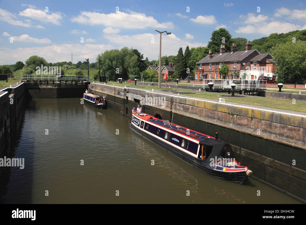 A narrowboat in the deep wide lock at Saltersford Locks No. 3 on the river Weaver in Barnton, Cheshire - Stock Image