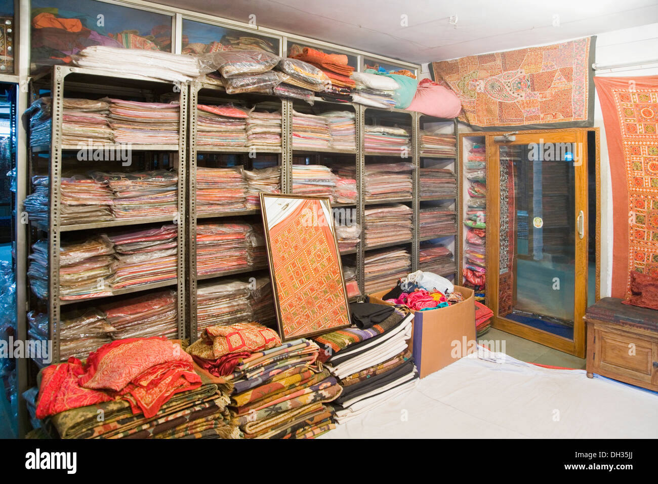 Shopping Interiors Clothing Store High Resolution Stock Photography And Images Alamy