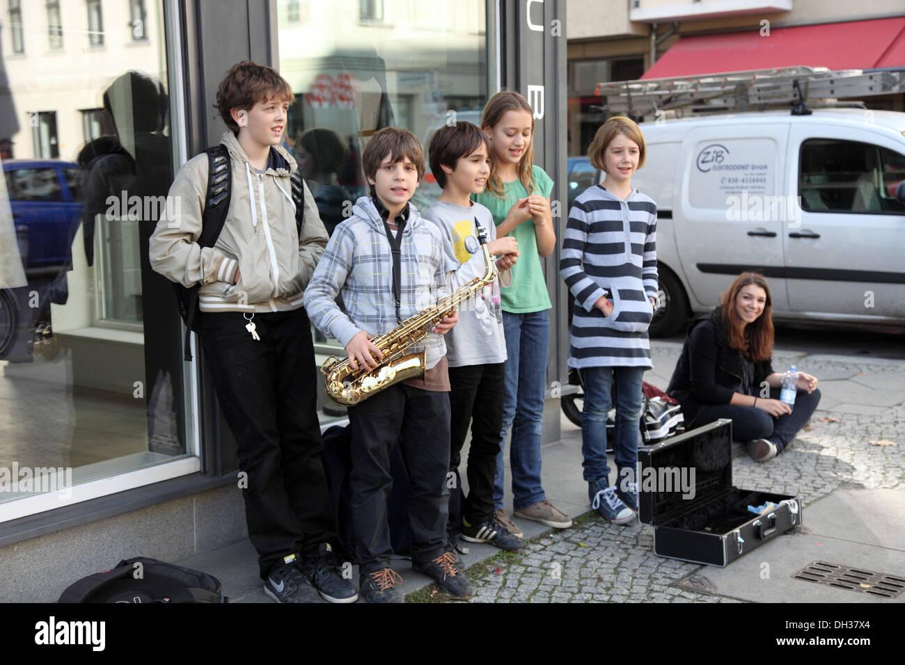 Child buskers in Hackescher Berlin - Stock Image