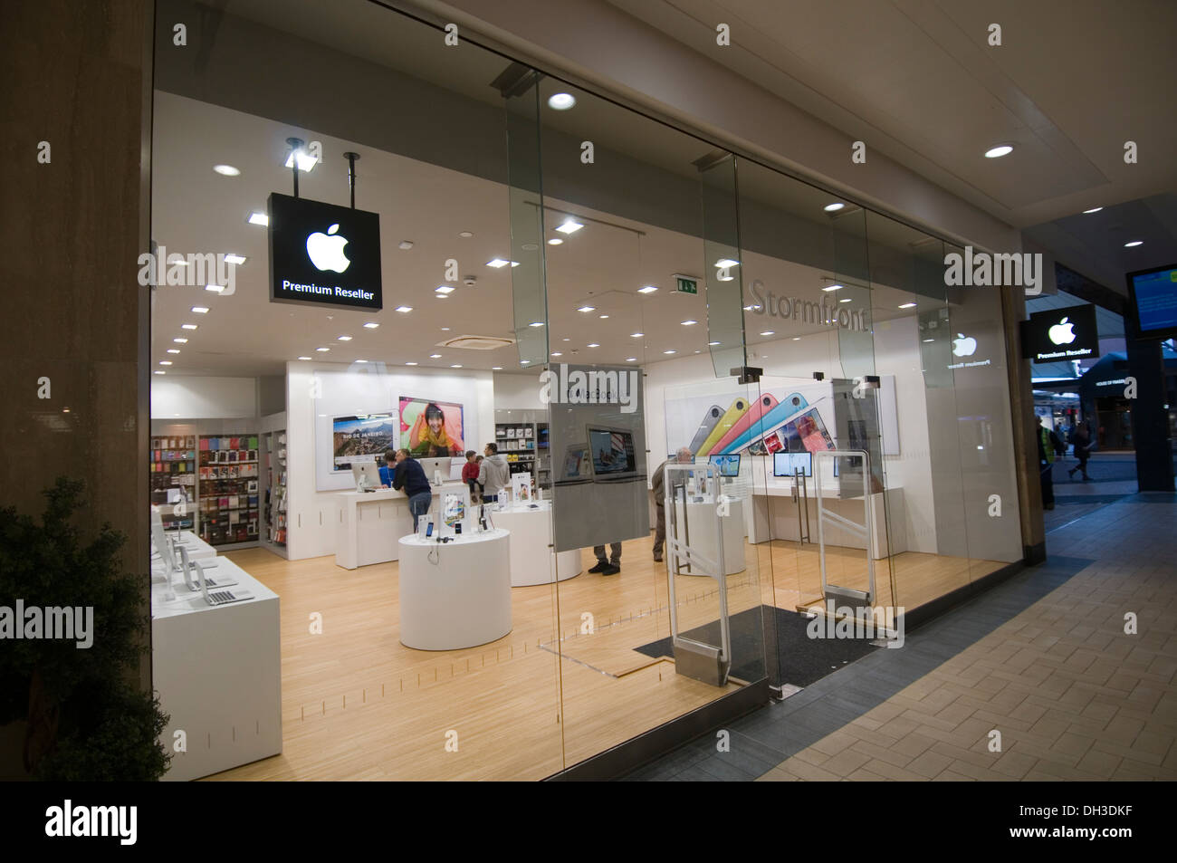 apple reseller computer computers store expert experts stores iphone i phone retail retailer retailers approved i pod ipod ipad - Stock Image