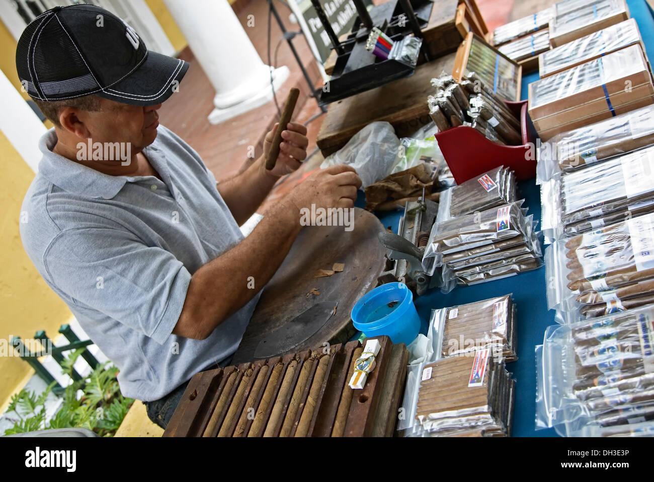Cigar artisan Pedro Peña, Plaza Darsenas, Old San Juan, Puerto Rico - Stock Image