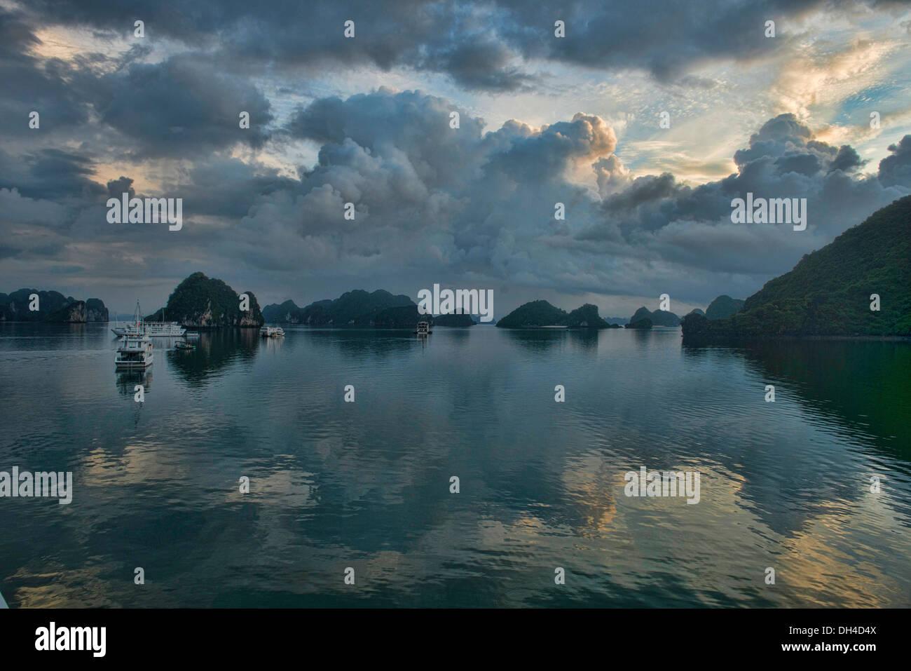 traditional junk sailing in Halong Bay, Vietnam - Stock Image