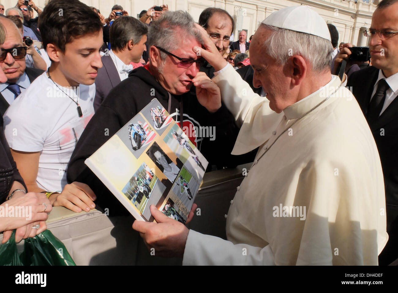 Vatican, Rome, Italy. 30th Oct, 2013. Vatican Pope Francesco blesses and embraces the parents of Andrea Antonelli at the hearing.The young motorcycle rider Andrea Antonelli died in competition in Moscow on July 21, 2013. - Stock Image