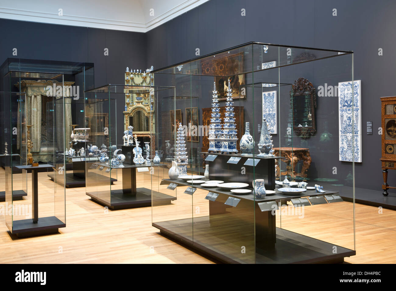 Netherlands, Amsterdam, Rijksmuseum. Delft's Blue tin-glazed earthenware ( faience ),  pottery and ornamental vases for flowers - Stock Image