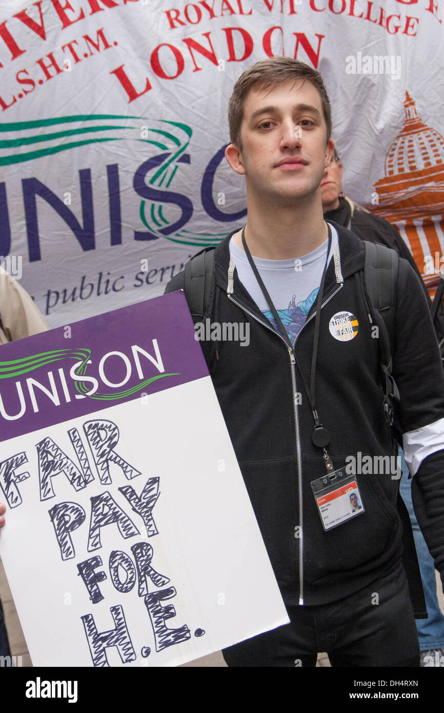 London, UK. 31st October 2013. Students come out in support of teaching and university service staff striking to demand fairer wage increases and a living wage for low-paid university support staff. Credit:  Paul Davey/Alamy Live News - Stock Image