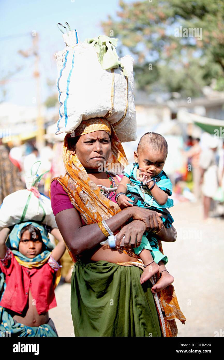 Mother and child, Bhil tribe, Madhya Pradesh, India - Stock Image
