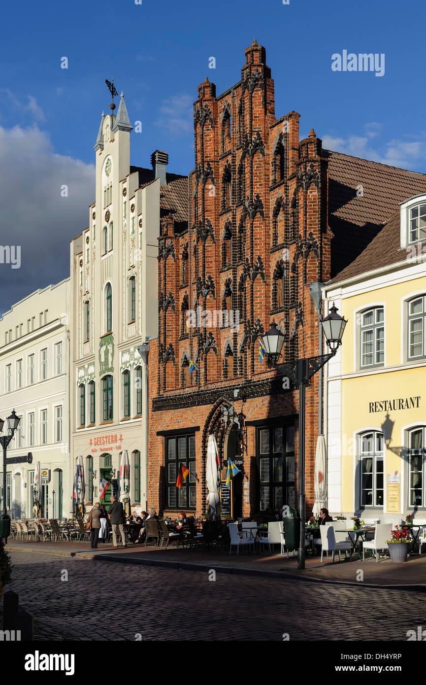 Historical Houses with restaurant 'Alter Schwede', 14.c., market square,  Hanseatic city Wismar, Germany, UNESCO-world heritage - Stock Image