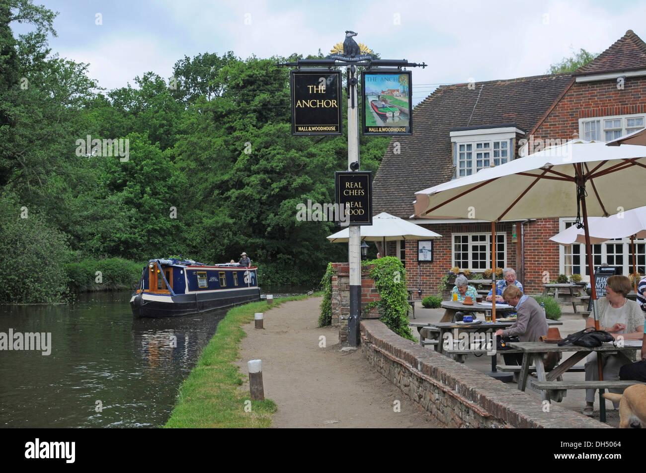 Houseboat, narrow boat, next to a pub, Woking, Surrey, England, United Kingdom, Europe - Stock Image